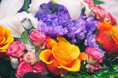在美丽的花束的蓝色菊花,橙色和桃红色玫瑰 图库摄影