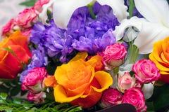 在美丽的花束的蓝色菊花,橙色和桃红色玫瑰 库存图片