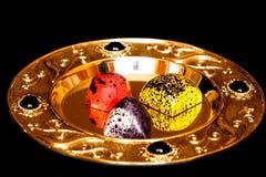 在美丽的茶碟的手工制造巧克力candys 图库摄影