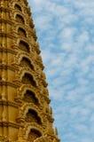 在美丽的蓝色前面的特写镜头金黄寺庙 库存照片