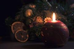 在美丽的装饰背景的圣诞节蜡烛  免版税图库摄影