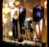 在美丽的西装的时装模特男性,站立假在与蝶形领结的商店窗口里在脖子 库存图片