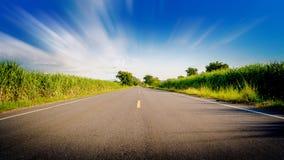 在美丽的路的行动是直直往前的蓝天 库存图片
