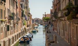 在美丽的运河,威尼斯,意大利的小船 库存照片