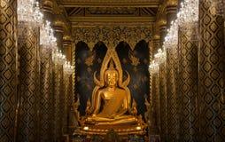 在美丽的门的泰国彭世洛菩萨雕象 库存图片