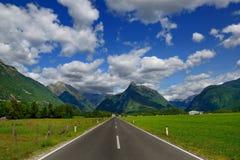 在美丽的高山谷的平直的柏油路在斯洛文尼亚 免版税库存照片