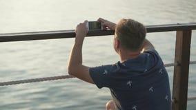 在美丽的鸟云彩之上颜色及早飞行金子早晨本质宜人的平静的反映上升海运一些星期日 日出 股票视频