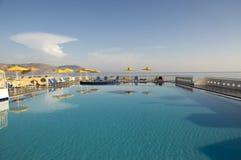 在美丽的鸟云彩之上颜色及早飞行金子早晨本质宜人的平静的反映上升海运一些星期日 山,游泳的水池, Kavros,克利特,希腊,欧洲 免版税图库摄影