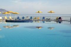 在美丽的鸟云彩之上颜色及早飞行金子早晨本质宜人的平静的反映上升海运一些星期日 山,游泳的水池, Kavros,克利特,希腊,欧洲 库存图片