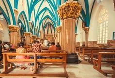 在美丽的17世纪宽容圣玛丽` s大教堂里面的人们与专栏 库存照片