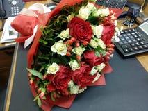 在美丽的bouqette的红色和白玫瑰 免版税库存照片