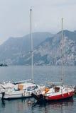 在美丽的Garda湖,意大利的游艇 免版税库存照片
