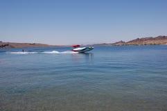 在美丽的Havasu湖的小船乘驾 库存照片