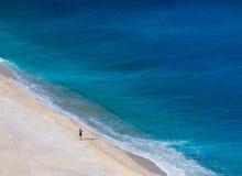 在美丽的Myrtos海滩的顶视图用在Kefalonia海岛上的绿松石水在爱奥尼亚海在希腊 免版税库存照片