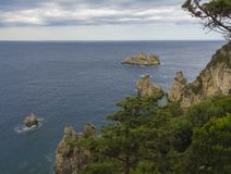 在美丽的Paleokastritsa海湾的全景与沙滩、森林、小山和岩石,科孚岛,克基拉岛,希腊 图库摄影