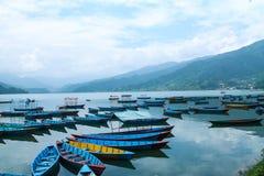 在美丽的phewa湖,博克拉,尼泊尔的五颜六色的小船 免版税库存图片