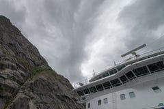 在美丽的Trollfjorden的游轮在诺尔兰县,挪威 免版税库存照片