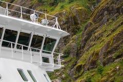在美丽的Trollfjorden的游轮在诺尔兰县,挪威 免版税库存图片