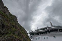 在美丽的Trollfjorden的游轮在诺尔兰县,挪威 库存照片