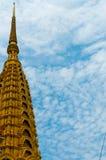 在美丽蓝色前面的寺庙金黄上面和 免版税库存图片