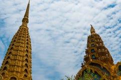 在美丽蓝色前面的金黄上面寺庙和 免版税库存照片
