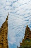 在美丽蓝色前面的金黄上面寺庙和 图库摄影