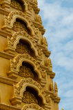 在美丽蓝色前面的金黄顶面细节和 免版税库存照片