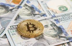在美元堆的金黄bitcoin  图库摄影