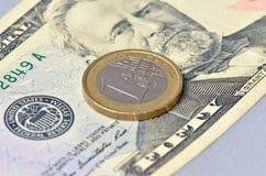 在美元的一枚欧洲硬币 免版税库存照片