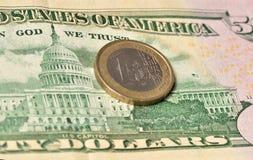 在美元的一枚欧洲硬币 免版税库存图片