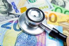 在美元的听诊器和欧盟钞票、财务、帐户、统计、分析研究数据和商业公司会议 库存图片