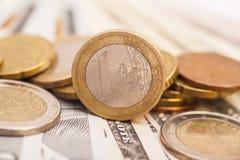 在美元的欧洲硬币 库存照片
