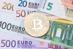 在美元的金黄bitcoins 电子货币交换概念 免版税库存照片