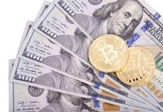 在美元的金黄bitcoins 图库摄影