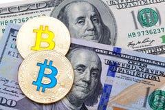 在美元的金黄bitcoins 电子货币交换概念 库存照片
