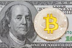 在美元的金黄bitcoins 电子货币交换概念 免版税库存图片