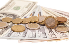 在美元笔记的欧洲硬币 免版税库存照片