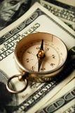 在美元笔记的磁性指南针 库存图片