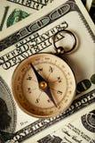 在美元笔记的磁性指南针 库存照片