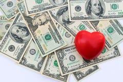 在美元背景的心脏  免版税图库摄影