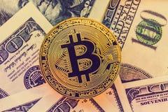 在美元背景的金子Bitcoin 免版税库存照片