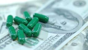 在美元钞票的医疗胶囊 在金钱现金的草本胶囊 影视素材