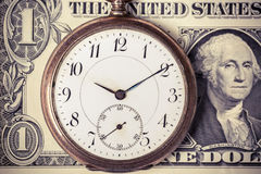 在美元钞票的葡萄酒怀表 免版税库存图片