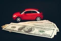 在美元高额票据背景的一辆汽车  免版税库存照片