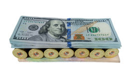 在美元财政概念之间的货币战争,被隔绝在白色背景 免版税库存照片