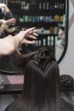 在美发师` s的女性理发 免版税图库摄影