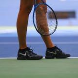 在美国公开赛的实践期间五次俄罗斯联邦的全垒打冠军玛丽亚・莎拉波娃穿习惯耐克网球鞋 免版税库存图片