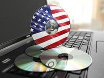 在美国制造的软件CD在膝上型计算机键盘 颜色紧凑不同的盘类型 免版税库存照片