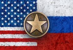 在美国和俄国旗子的古铜色星在背景中 库存图片