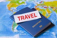 在美国和欧洲的地图的护照 库存照片